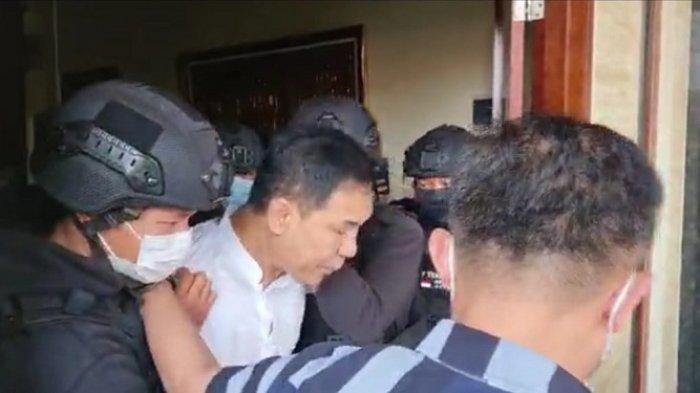 Detik-detik Saat Munarman Ditangkap Densus 88 di Kediamannya di Pamulang, Sempat Minta Pakai Sandal